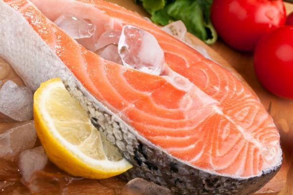 Fisch ist besonders reich an gesunden, mehrfach ungesättigten Omega-3-Fettsäuren. Foto: djd/tetesept
