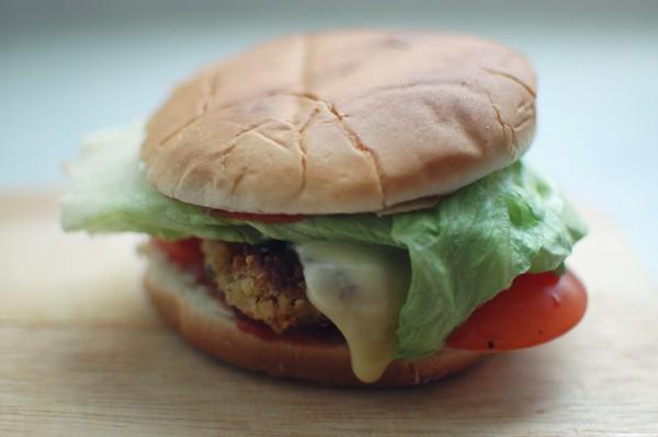 Lecker und dennoch gesund – der vegetarische Burger schmeckt Leckermäuler und Fitnessanhängern gleichermaßen.  ©Corinna Dumat / PIXELIO