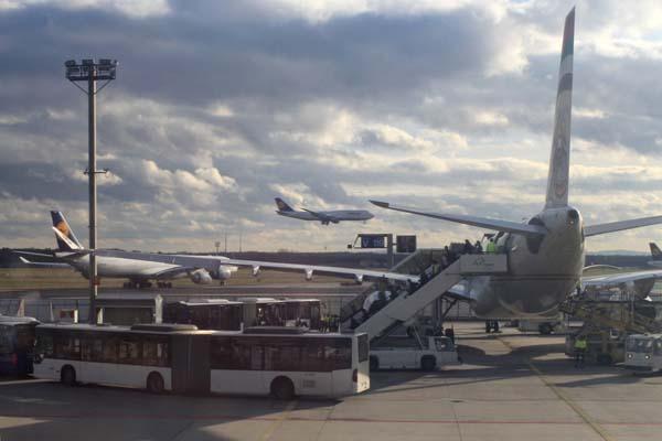 Diabetiker, die per Flieger durch mehrere Zeitzonen reisen, müssen diese Zeitverschiebung in puncto Insulindosierung berücksichtigen. © Janusz Klosowski / pixelio.de