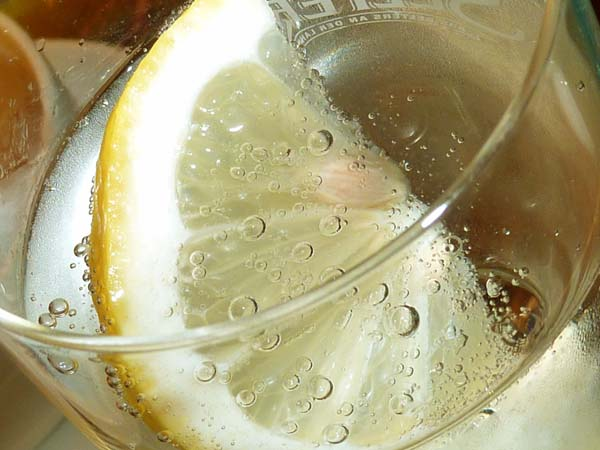 Wenn es heiß ist, muss häufig zum Wasserglas gegriffen werden, um den Flüssigkeitsverlust wieder auszugleichen. © Lupo / pixelio.de