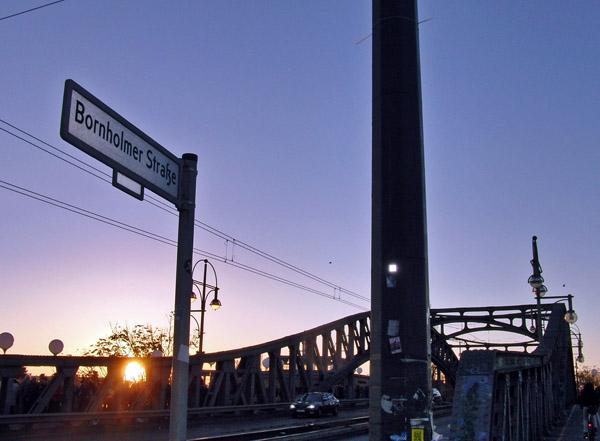 Die Bösebrücke im Blickpunkt: Am Grenzübergang Bornholmer Straße konnten am Abend des 9. November 1989 die ersten DDR-Bürger nach West-Berlin ausreisen. ©Stephan A. Lütgert / pixelio.de