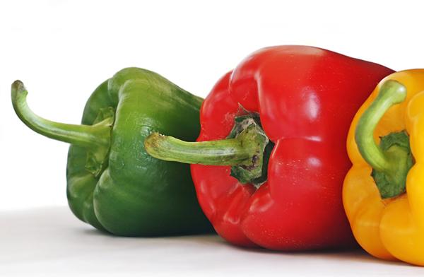 Frisches Gemüse, wie Paprikaschoten, verleiht dem überbackenen Tofu den letzten Pfiff. ©birgitH / pixelio.de