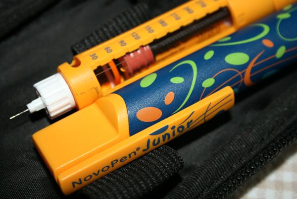 Insulininjektion mit dem Pen: Die richtige Nadellänge und Technik ist entscheidend.