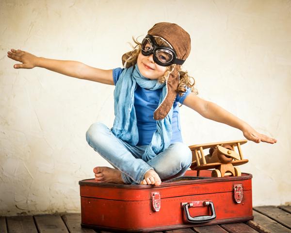 Viele Reiselustige sitzen schon auf gepackten Koffern. Diabetiker müssen vor allem bei Flugreisen besondere Vorkehrungen treffen. Bayer Vital GmbH (Contour® Next Systeme)/shutterstock