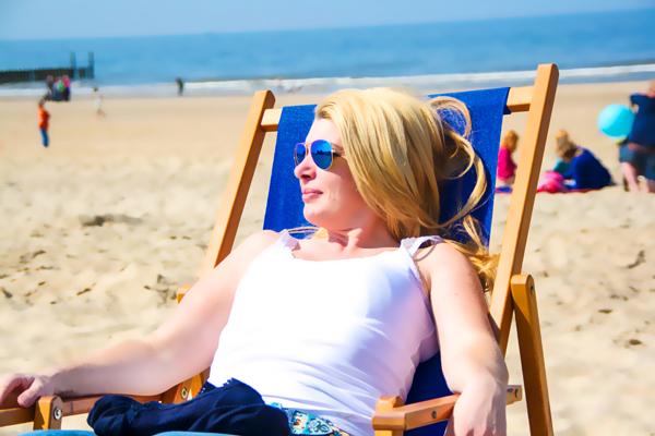 Sonnenanbeter sollten es mit dem Sonnenbad nicht übertreiben und unbedingt zu einem Sonnenschutzmittel greifen. sillilein74 / pixelio.de