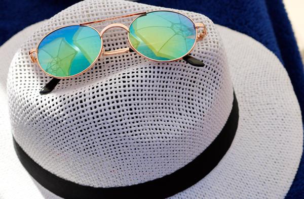 Auch die Augen benötigen Schutz vor der Sonne. Bitte beim Sonnenbrillenkauf darauf achten, dass die Gläser die UV-Strahlen ausfiltern können. I-vista / pixelio.de