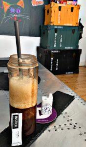 INSTICK im Kaffee